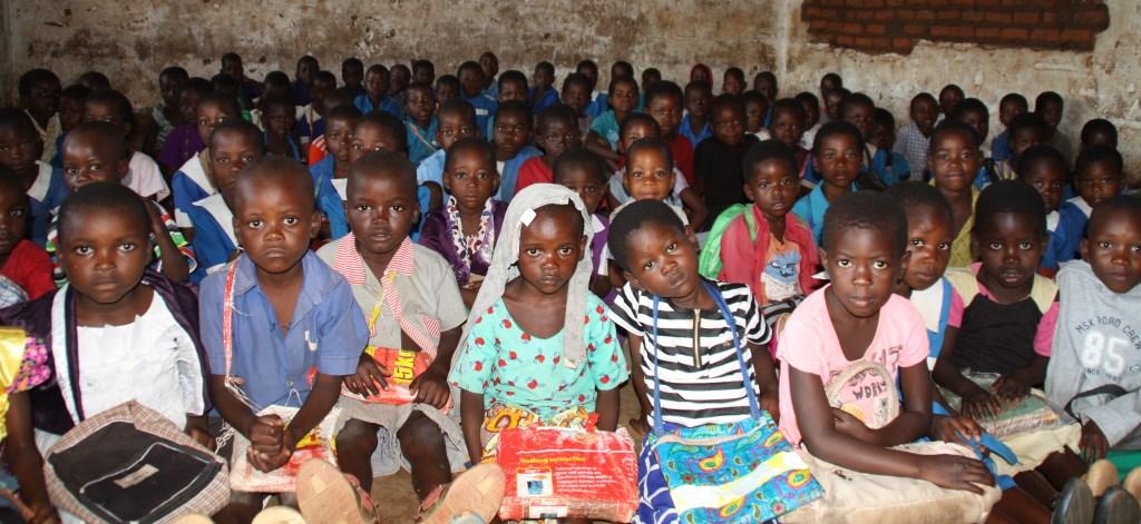 Meer dan 130 leerlingen in één lokaal op de basisschool die naast de middelbare school licht.  © DPG Media