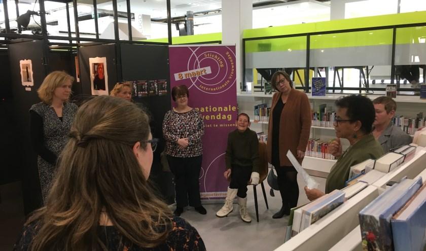 Lies Hoogland (rechts) leest haar gedicht voor, na Antony Crama (rechts van Lies). Beiden van het bestuur Internationale Vrouwendag Zoetermeer. Wethouder ter Laak (links) met heldinnen luisteren. Foto: S.L.