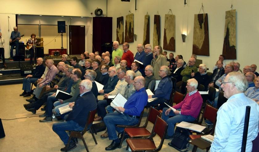 Een deel van de koorleden repeteert voor de twee concerten die deze maand gegeven worden:  'Do you remember'. Foto: Jntb