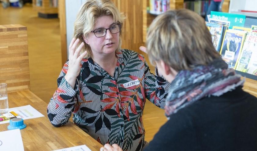 Een van de levende boeken in gesprek met een lezer tijdens de mensenbieb op 19 januari.