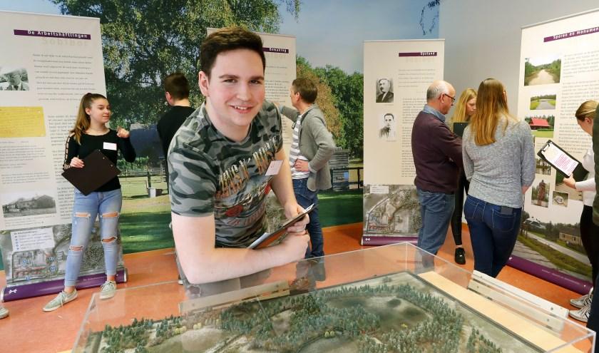 Mads Lemmens, en van de leerlingen die een bijdrage leverde aan de historische expositie. FOTO: Bert Janssen.