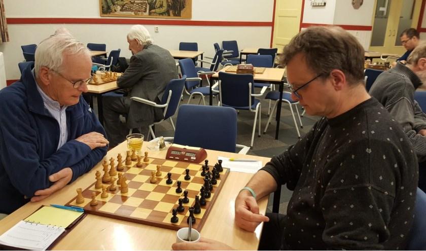 Harry Verhoef (rechts) verdedigde zijn koppositie tegen Teun Alting met succes.  (Foto: Rinus van der Molen)