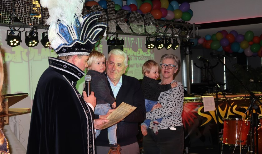 Prins Marc I heeft na een voordracht de Gouden Tol uitgereikt aan Henk Weiden. Foto: Moniek van der Wal / De Tolmennekes.