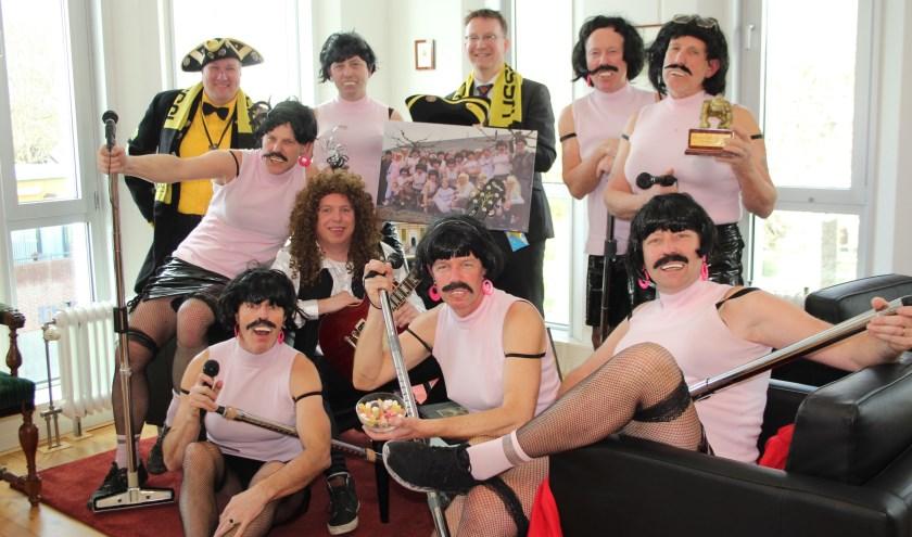 Een aantal Tumtummetjes deed het feestje nog eens over bij burgemeester Van Domburg van IJsselstein (midden achter). (Foto: Lysette Verwegen)