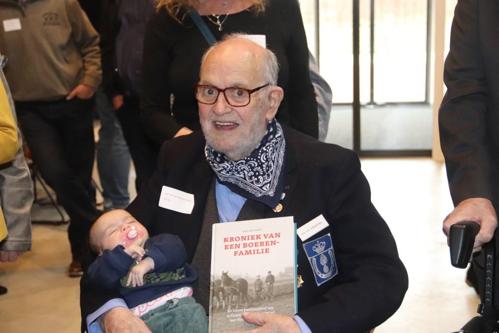 de oudste telg en de jongste telg van de grote familie Van Sterkenburg en daarbij mag het boek over de geschiedenis van de familie Van Sterkenburg niet ontbreken. Foto: Theo van Dam © DPG Media