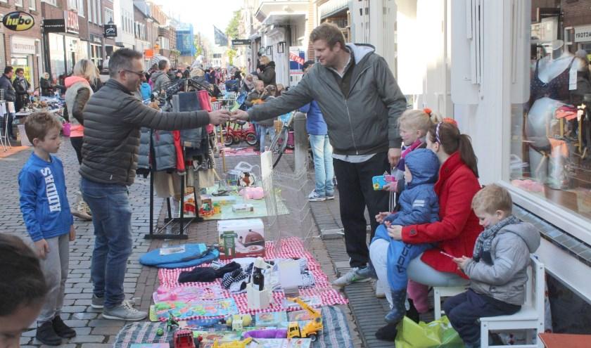Dit jaar op Koningsdag nog meer ruimte voor de kinderbraderie in de straten van de binnenstad. (Archieffoto Lysette Verwegen)