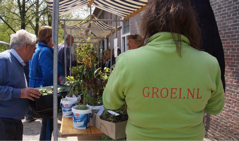 deelnemers op de Plantenmarkt van Groei & Bloei