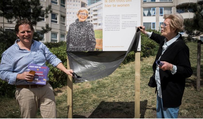 V.l.n.r. Creatief ondernemer Boy Boelhouwer en Joke Krijgsman van Bewonerscommissie Witte Anna bij de onthulling van haar portret.