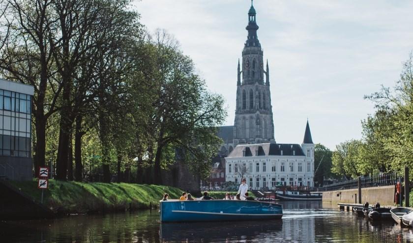 Een aanrader voor bezoekers van Breda is een rondvaart over de singels en ook een kijkje in de Grote Kerk te nemen. FOTO: BOOTJE VAREN BREDA