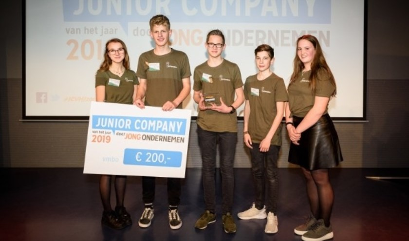 Corkoration is Junior Company van het Jaar 2019 in de categorie vmbo. V.l.n.r. Monica de Pater, Jurjen van Keulen, Jelle Zuidweg, Ivar Krijger en Thirza van Damme. FOTO: Jostijn Ligtvoet