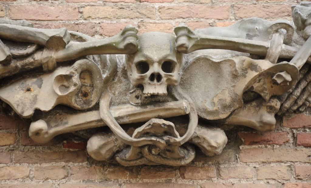 De buitenkant van de Oostkerk is rijk 'versierd'met vanitassymbolen, die de mensen wijzen op de eindigheid van hun aardse bestaan. Foto: Frank Husslage © DPG Media