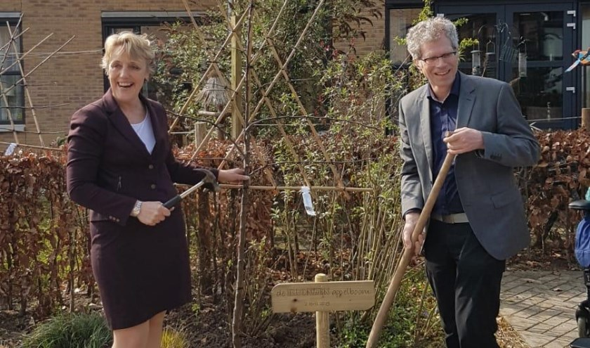 De 1e appelboom geplant door Trudy Prins, Bestuurder van De Rijnhoven, en Adriaan van Engelen, Directeur van Milieu Platform Zorg, om het behalen van het bronzen milieucertificaat te vieren. FOTO: G. Meeuwissen