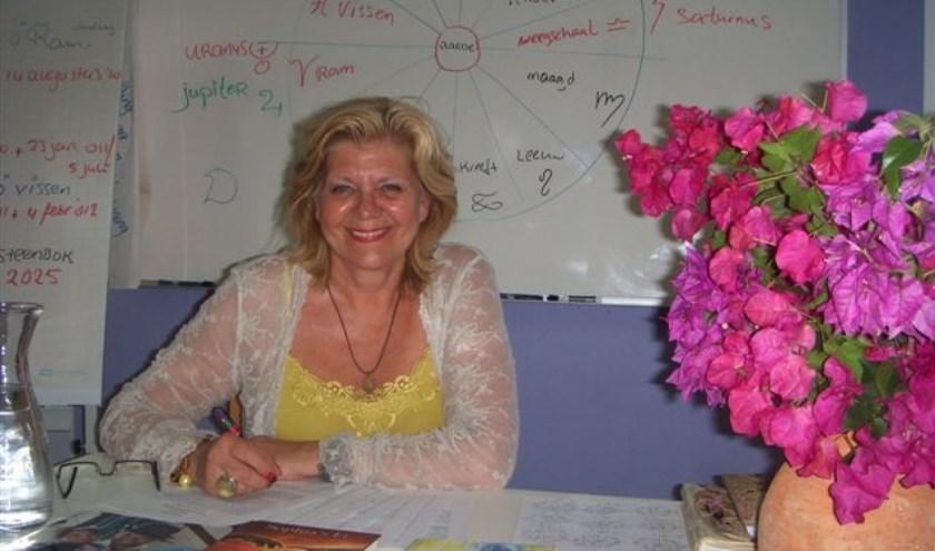 Mevrouw Greet Dol gebruikt astrologie in haar advies- en coachingspraktijk. Op 15 april vertelt ze daarover in het Café van Verdieping.