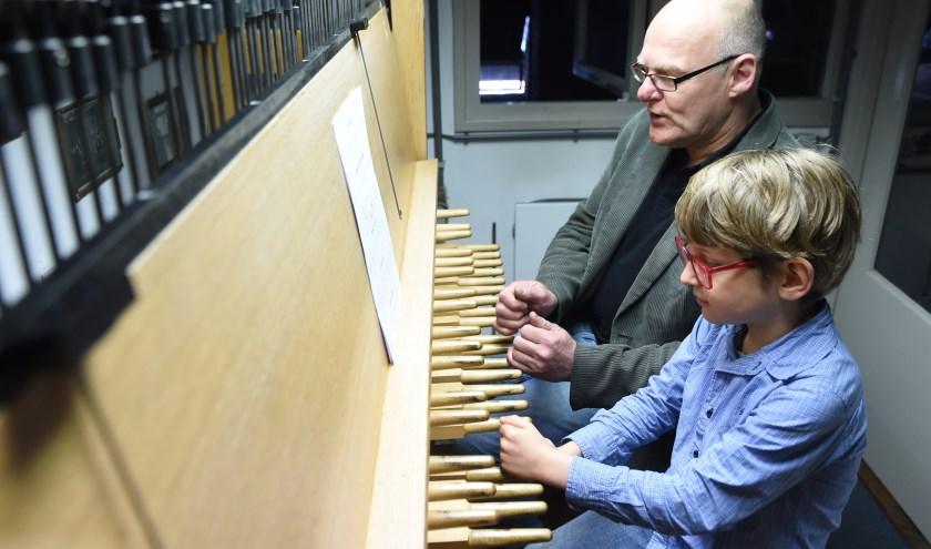 Darian en zijn vader Hans op de oefenen nog even op de beiaard.