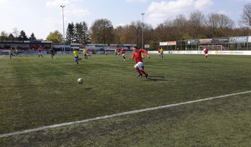 Furkan Alakmak, die de 2-1 voorbereidde, was zijn tegenstander regelmatig de baas. (Foto: Sander Berends)