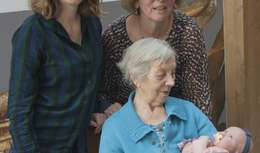 Met de komst van baby Lotte voor de tweede keer vier generaties in de vrouwelijke lijn op een rij.