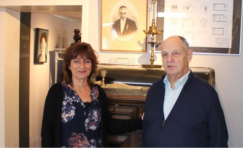 Ruth de Liever en haar vader Louk waren vorige week in de synagoge bij de herdenkingsplek en de foto van de betovergrootvader van Ruth David Courtissos. (foto: Jan Nitrauw)