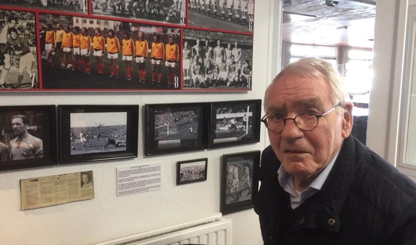 Cor Knuvers bewondert de 'Wall of Fame' kampioenen van BVV. Foto van Paul Knuvers. Tekst door Ad Pijnenburg.