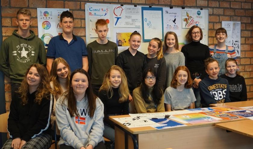 Leerlingen van het Anna van Rijn College zijn trots op hun kunstwerken.