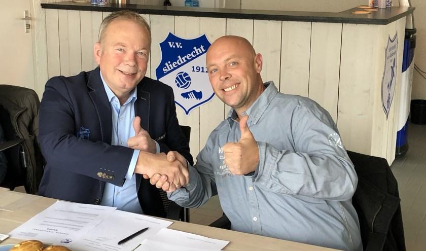 Corné van Wijngaarden(rechts) en Kees Verhoef bekrachtigen Bronzen sponsorcontract. (Foto: VV Sliedrecht)