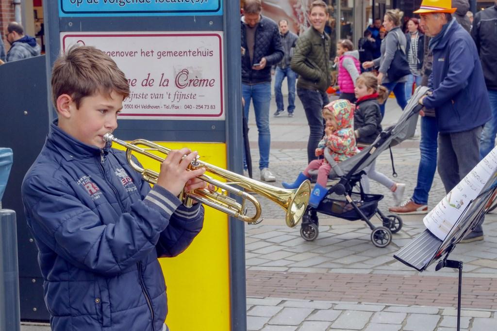 Op de koningsdag in Veldhoven kreeg je op verschillende plaatsen muziek voor je geld. op diverse plekken stonden jongern muziek te maken. Een kleine gift in de pet was welkom. Foto: Bert Jansen © DPG Media