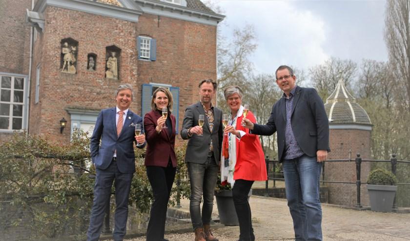 Hans Beenakker, Ans Verhoef, Frits Hoogers, Wilma Walenberg en Arjen Sijpkes toosten op Gardenista. (Foto: Klazina Korver)