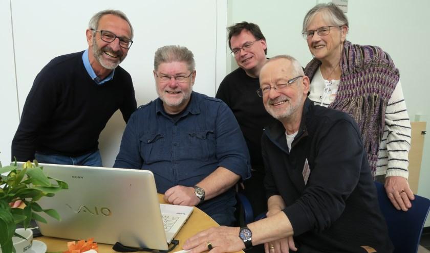 Vrijwilligers van het Digitaal Vrijwilligers van Hulpplein Hoogland die bijna alle digitale problemen kunnen oplossen.