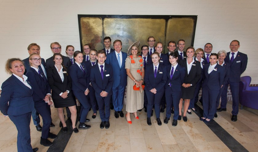 Het koninklijk echtpaar was bereid om met studenten en medewerkers op de foto te gaan.