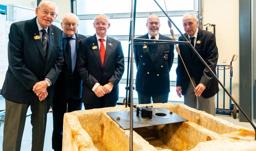 """Louis Guldemond (3e van links) en zijn kameraden staan om een Duitse anti-invasiemijn heen. """"Echt opgeleid waren we niet,"""" zegt Guldemond hoofdschuddend. """"We demonteerden een keer een granaat met een hamer en een schroevendraaier, waarbij hard op de ontsteking werd geslagen. Dat moment zal ik nooit"""