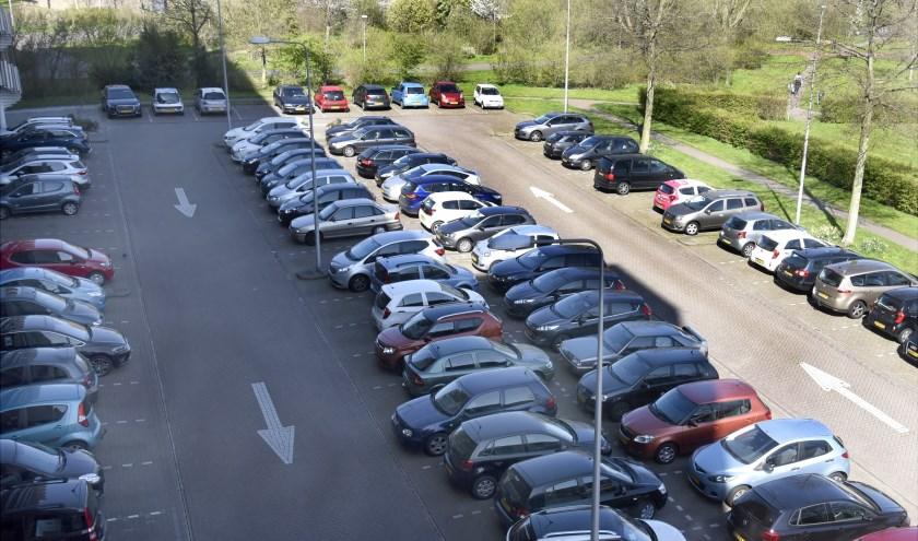 Op een doordeweekse dag staat het parkeerterrein aan de Dreef al vroeg vol met auto's. Foto: Marianka Peters