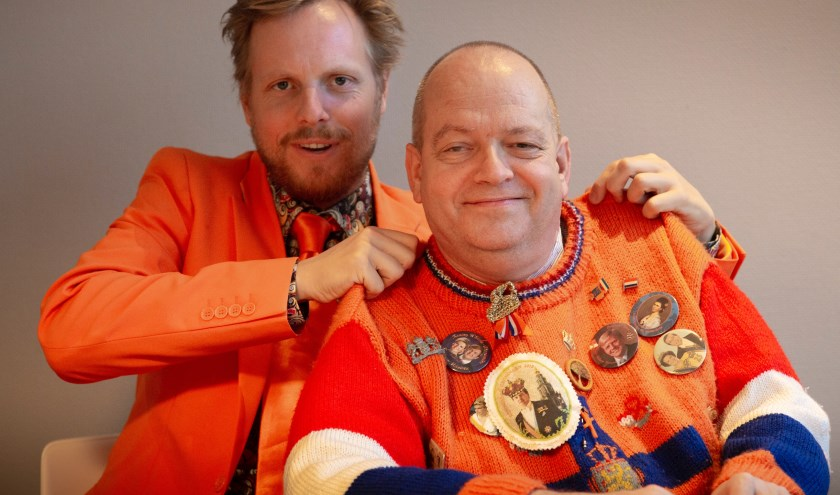 Cabaretier Patrick Nederkoorn (links) en Oranje-kenner Oscar Meijer treden donderdag 25 april op in Flint.