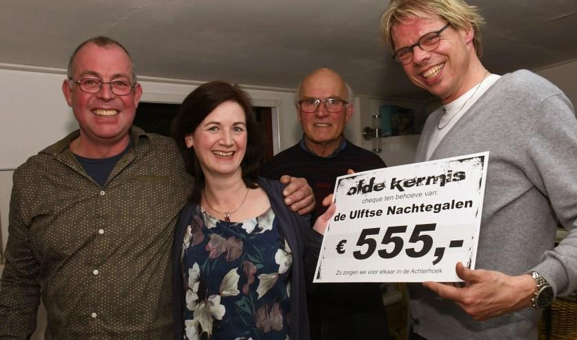 Op de foto Roy Wijkamp en Jan Knikkink namens de Olde Kermis en Suzan Heveling en Gerjan Kamphuis namens de Ulftse Nachtegalen. (foto: Guus Tinnevelt)