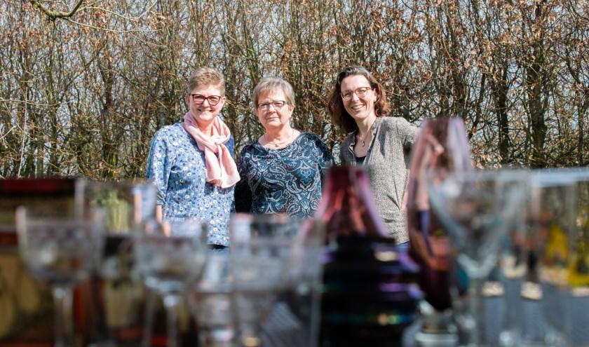 V.l.n.r.: Anja Gorkink, Alie Niemeijer en Sharon Buitenkamp, drie van het 'team blik en glas' van de Goede Herderkerk-rommelmarkt.