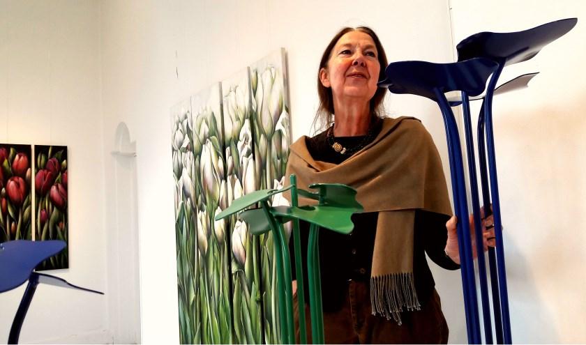 Juul Kortekaas In Villa Erica, bij haar schilderijen en haar metalen beelden, door haar  liefkozend 'plantjes' genoemd.
