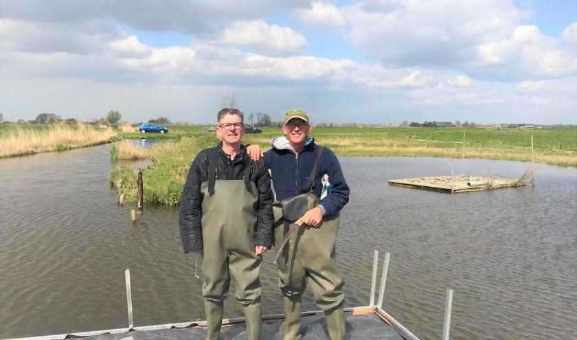 Peter Stigter (l.) en John Kleijweg op een vogeleiland in de Duifpolder