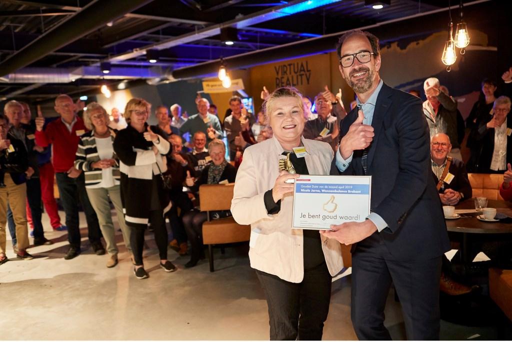 Gedeputeerde Henri Swinkels overhandigde de Gouden Duim voor alle vrijwilligers aan voorzitter Nicole Jorna van de Wensambulance Brabant.  FOTO: WIM HOLLEMANS Foto: Wim Hollemans © DPG Media