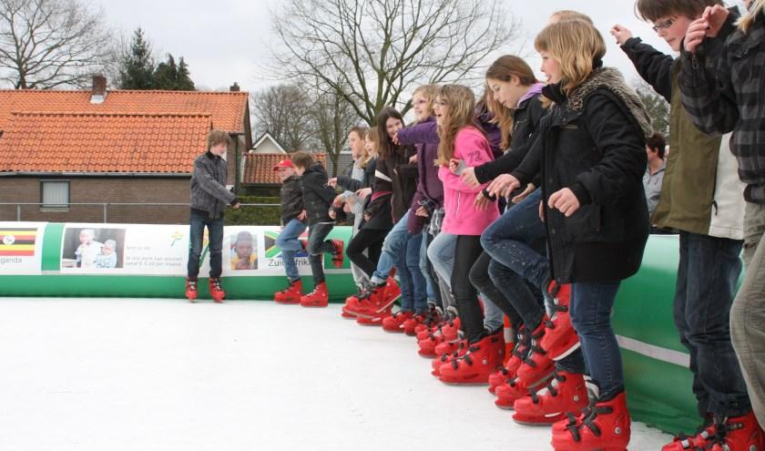 Leerlingen van De Bron tijdens hun eerdere sponsorschaatstocht. (Foto: Albert van Frankenhuyzen)