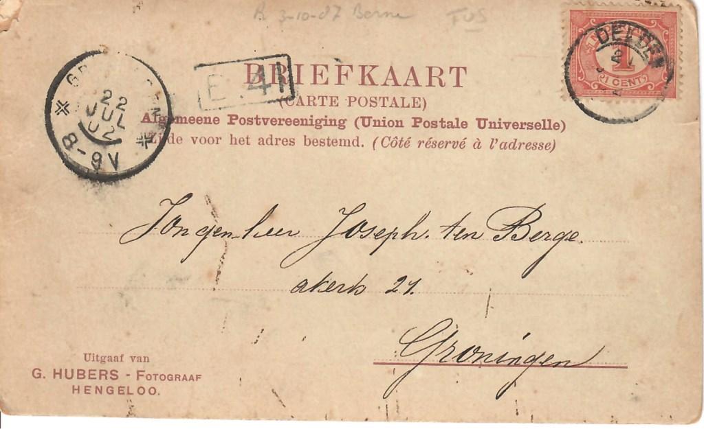 Op de prentbriefkaast staat duidelijk het poststempel met het jaartal 02. Op de grafsteen staat het jaartal 1903...  © DPG Media