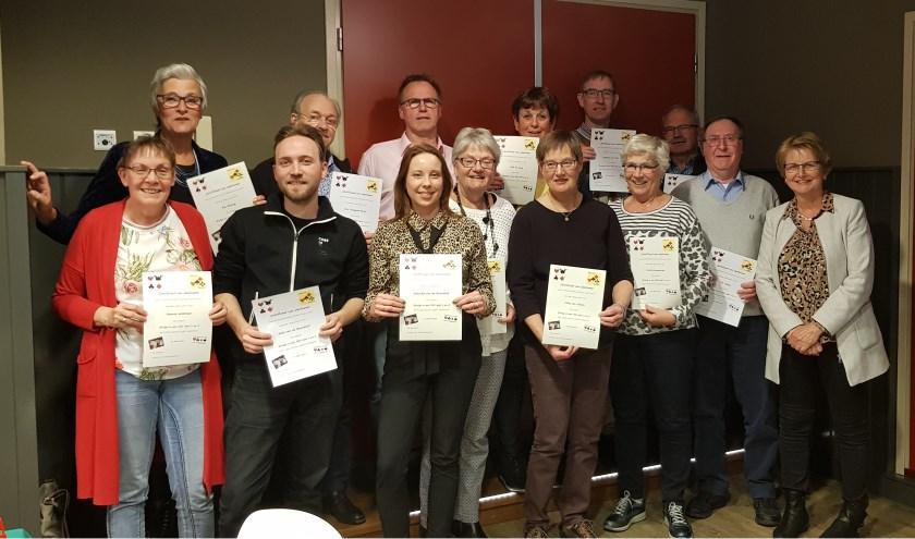 Alle cursisten van Bridgeclub Montfoort hebben de eindstreep gehaald en kregen aan het eind hun certificaat uitgereikt. (Foto: Wob Scholtens)