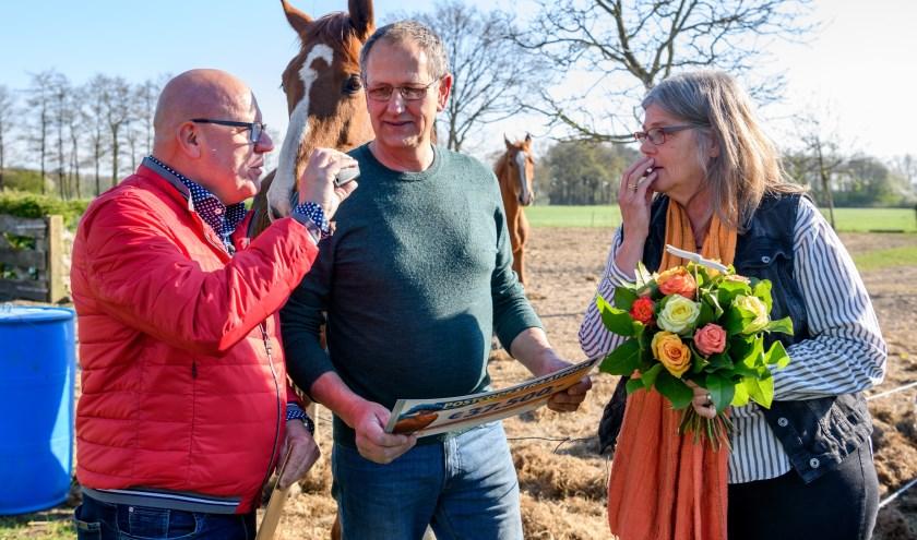 Gerard en Annelies uit Gaanderen worden verrast door Postcode Loterij-ambassadeur Gaston Starreveld (links) met de PostcodeStraatprijs-cheque. Fotocredits Roy Beusker Fotografie