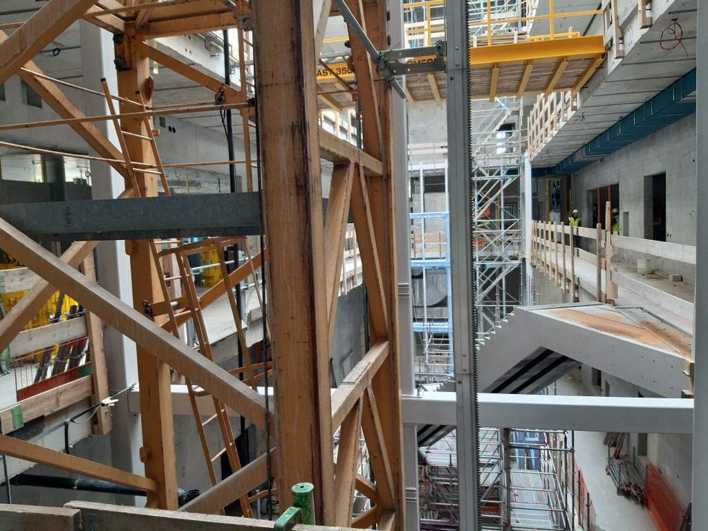 Het atrium, nu nog een bouwplaats, maar de contouren van de toekomstige vitrines zijn al te zien.  © DPG Media