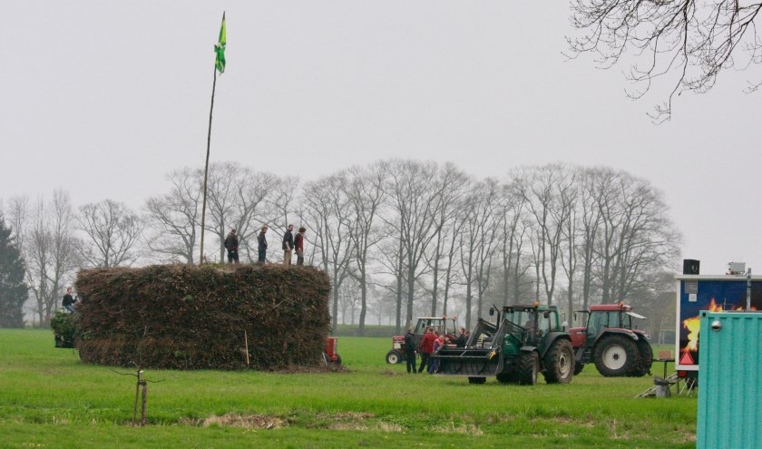 Het mooiste paasvuur van Nederland volgens traditie gestapeld gaat op eerste paasdag de fik in. (Foto: Eveline Zuurbier). Links: sfeerfoto van PaasPop (Foto: Martijn Koolmees)