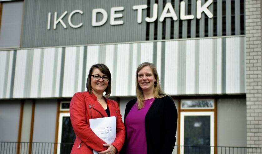 Christel van Bommel (l) en Evelien Mulder maken zich zorgen over het tekort aan lokalen op school.