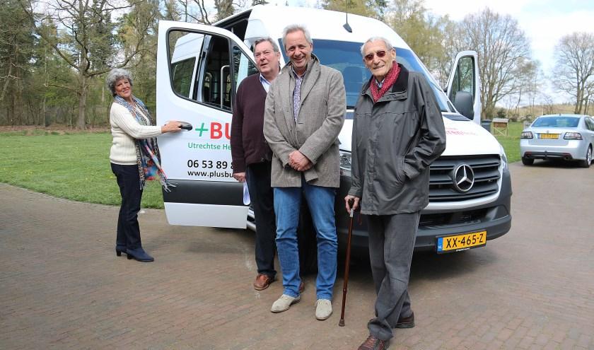 V.l.n.r. Tim op ten Noort, voorzitter +BUS Team, wethouder Hans Waalwijk en deelnemer Jaap Meijer.