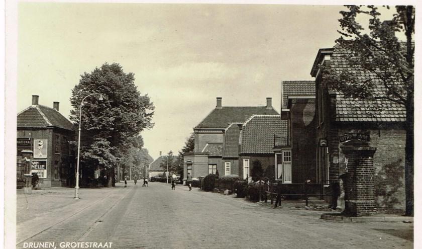 Foto van het centrum van Drunen, ca. 1935, toen in het begin van de Torenstraat nog een Julianaboom en een waterpomp stond. Foto: Jan van der Linden