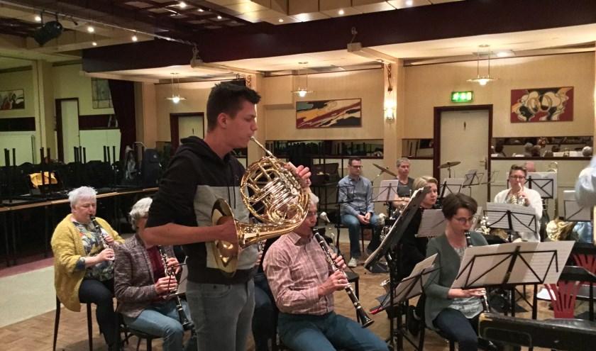 Het grootorkest van UNA stond onder enthousiaste leiding van Patrick van Zutven. Het heeft David begeleid en gaf daarnaast een kort en afwisselend optreden.