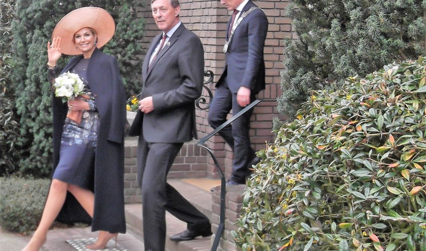 Koningin Maxima verlaat het familiehuis van de familie Swinkels, gevolgd door kamerheer Paul Rüpp en burgemeester Frank van der Meijden van Lieshout.