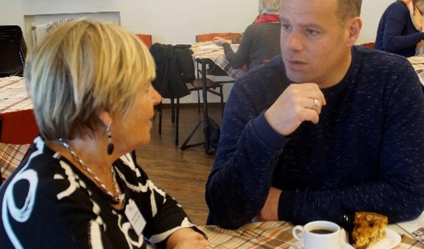 Wethouder Niels van den Berg in gesprek met Geke Zwarteveen, de coördinator cultuur.