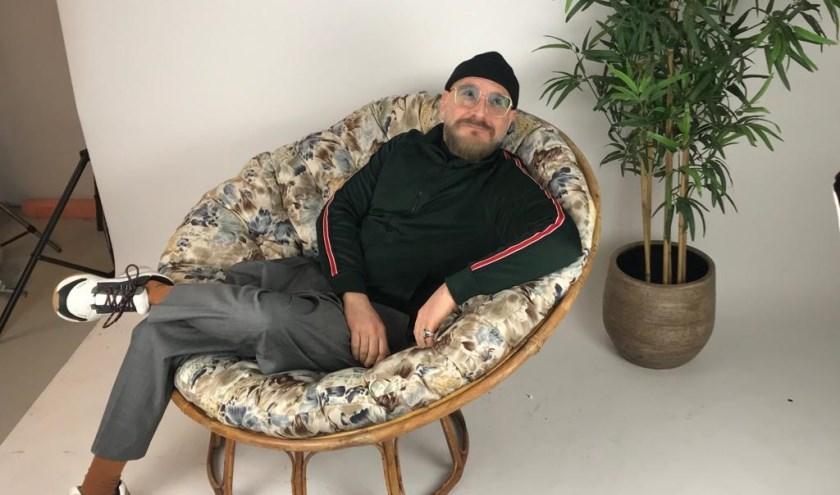 Ron Weil is onze Rotterdammer van de week. Hij werkt al vijfentwintig jaar als personal-shopper en stijladviseur bij de Bijenkorf aande Coolsingel.