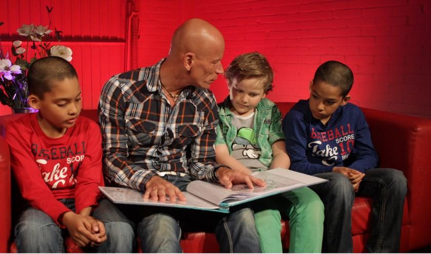 Nog steeds leest Frits de verhalen ook trouw voor in de kerkdiensten van Kerk7 in Oosterhout